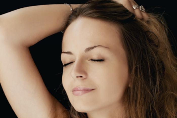 Ulje ima sitnu molekulu te prodire u dublje slojeve kože i obnavlja je. Svaki tip kože ima ulje koje mu odgovara, no suncokretovo se preporučuje svima.  Suncokret sadrži ceramid, koji je identičan ceramidu VI u ljudskoj koži, on obnavlja oštećene slojeve kože, sprečava gubitak vlage te štiti kožu od vanjskih utjecaja, na primjer, štetnih zračenja te jača elastičnost kože.